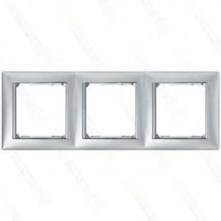 Фото - Рамка Legrand 770353 Valena 3 поста горизонтальная, IP20 (алюминий/серебряный штрих) рамка legrand etika 3 поста алюминий 672553